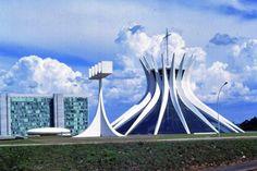 Oscar Niemeyer, el maestro brasileño, gracias a sus 267.160 seguidores lidera la lista de Arquitectos con más seguidores en Facebook, seguido de cerca por la iraquí Zaha Hadid y el valenciano Santiago Calatrava.