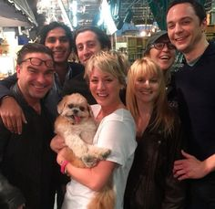 Elenco em peso de The Big Bang Theory com Marnie no colo