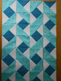 Idea for a quilt border - or focus strip for quilted hug. Triangle Quilt Pattern, Quilt Square Patterns, Half Square Triangle Quilts, Patchwork Quilt Patterns, Applique Quilts, Pattern Blocks, Triangle Quilt Tutorials, Quilting Projects, Quilting Designs