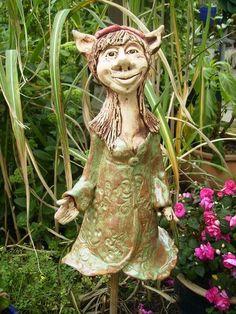 Ich biete hier aus meiner kleinen Keramikwerkstatt eine wunderschöne Gartenfigur zum Verkauf. Diese zauberhafte Elfe ist garantiert ein Eyecatcher ...