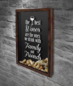 """Quadro para Rolhas - Family and Friends 4  Com a frase: """"The best wines are the ones we drink with family and friends"""" IOs melhores vinhos são aqueles que partilhamos com a família e amigos).  #quadropararolhas #vinho #portarolhas #espaçogourmet #wine"""