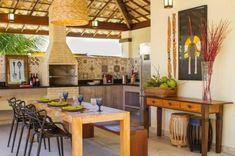 cozinha externa bege com móveis de madeira