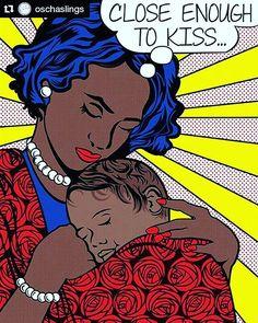 Perto suficiente para um beijo  À distância de um beijo - a cabeça do bebê deve ficar acima do seio tão perto de seu queixo quanto for confortável de modo que inclinando a cabeça para baixo você seja capaz de beijar seu bebê na cabeça ou na testa.