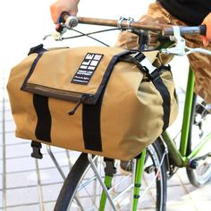 Rackbag for your bike is designed to fit most porteur-style racks and securely attaches to the bike with two straps. It features rear facing pockets, tie down straps, and a weatherproof vinyl interior. Cycling Bag, Cycle Shop, Bike Bag, Sailing Outfit, Day Bag, Tech Accessories, Backpacks, Leather, Biking