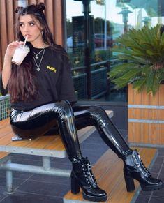 Lederlady ❤️ Kiss my boots Mark Shavick! Patent Leather Style, Leather Fashion, Wet Look Leggings, Leggings Are Not Pants, Vinyl Trousers, Shiny Boots, Latex Bodysuit, Vinyl Leggings, Leder Outfits