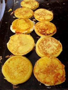 Cachapas is another delightful dish from Venezuela. Mexican Food Recipes, Dessert Recipes, Sans Gluten Ni Lactose, Plantain Recipes, Venezuelan Food, Colombian Food, Colombian Arepas, Comida Latina, Caribbean Recipes