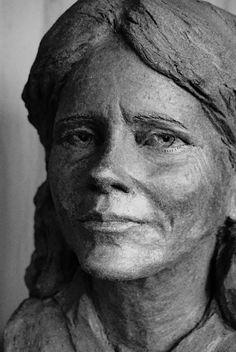 Buste de Florence Aubenas par Gérard Lartigue (hommage à une vraie journaliste) Lartigue, Lee Jeffries, Portfolio, Les Oeuvres, Florence, Art