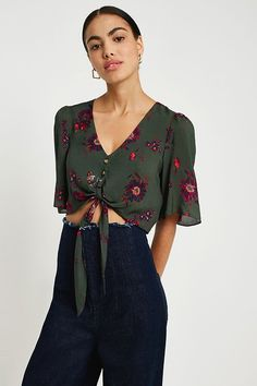 Slide View: 1: UO Green Floral Cropped Tie-Front Top