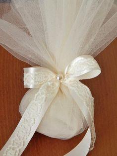 Χειροποίητη μπομπονιέρα γάμου με σατέν κορδέλα, δαντέλα και τούλι 50 x 60 cm . Η τιμή συμπεριλαμβάνει το Φ.Π.Α. και 5 κουφέτα αμυγδάλου Wedding Cake Boxes, Box Cake, Wedding Gifts, Wedding Cakes, Chocolate Decorations, Communion, Wedding Inspiration, Ideas, Health