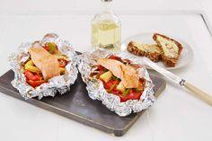 Laks i folie er en enkel og morsom måte å tilbrede fisk på. Bak fisken i ovnen eller hiv den på grillen.