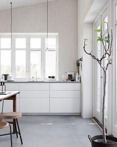 White kitchen with concrete floor. Pella Hedeby, photo by Sara Medina Lind Ikea Kitchen, Kitchen Flooring, Kitchen Interior, Kitchen Ideas, Kitchen Grey, Kitchen Designs, Kitchen Countertops, Kitchen Dining, Kitchen Decor