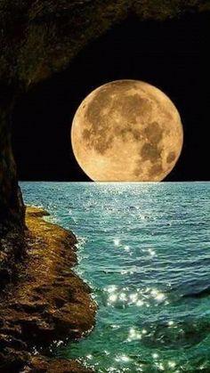Beautiful moon - Fabulous Full Moon Photography To Keep You Fascinated Beautiful Moon, Beautiful World, Beautiful Places, Shoot The Moon, Moon Photography, Amazing Photography, Jolie Photo, Amazing Nature, Amazing Art