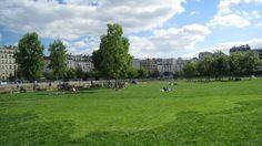 Pique-niquer à Paris LES JARDINS D'EOLE Ce jardin contemporain a reconquis les terrains de la SNCF. En effet, le parc longe tout en longueur le réseau ferroviaire et c'est ce qui lui donne un charme fou. Les Jardins d'Eole sont grands de 4 hectares et jouxtent les 18ème et 19ème arrondissements. Ce parc, où il fait bon de se reposer et de profiter autour d'un apéro, fait partie des parcs parisiens nouvelle génération : écolos, grands et jardins partagés.  56, rue d'Aubervilliers – 75018…