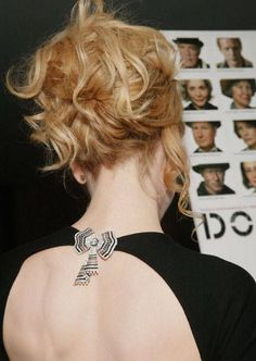 Wear a brooch on the back of a dress for a wow factor! Gorgeous touch! Read the post for other ways to incorporate a brooch into your wardrobe.