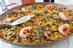 Espana es el mejor lugar por esta comiendo Paella. Es un plato con arroz y mariscos.