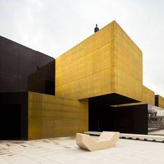 A Guimarães au Portugal, l'agence Pitagoras Arquitectos ont transformé un vieux marché ouvert en complexe culturel et artistique.