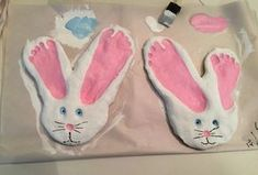 Hase aus Salzteig zu Ostern mit Fußabdrücken basteln
