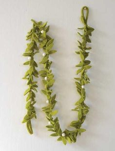 Made of wool felt, this mistletoe leaves and berries garland is sure to become a holiday favorite at your house. Hang this up in just the right place and let l