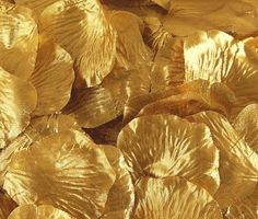 """Silk loose rose petals in metallic gold.  100 petals per bag that measure 1.75-2.25"""" in diameter each. Perfect for decorating table tops or to be used for flower girl baskets."""