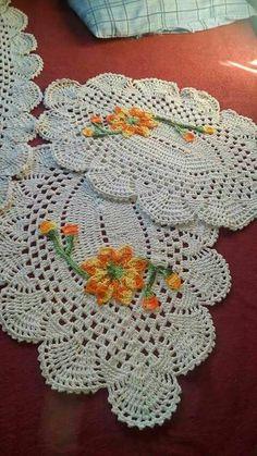Tapete Crochet Flower Patterns, Crochet Designs, Crochet Flowers, Crochet Tablecloth, Crochet Doilies, Crochet Sunflower, Crochet Tank Tops, Tatting Tutorial, Rainbow Crochet