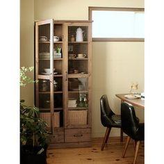 AUTEUR(オトゥール)のガラスキャビネット。  たっぷりの収納力とパイン材のヴィンテージ感が ポイントです。 書斎をイメージして作られていますが、こんな風に 食器棚として使っても素敵ですね!
