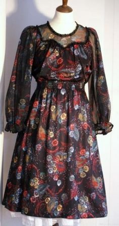 1e454f6f Sort blomstret kjole fra 70-tallet polyester bryst 88 liv 73 hofter 90  Hndvask second