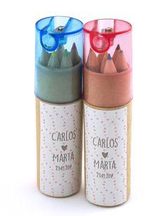 Sabemos que en una boda, encontrar regalos para niños es difícil. Si buscas algo original estos botes de lápices de colores son perfectos para ellos.