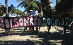Grupo protesta em frente à casa de Bolsonaro no Rio de Janeiro