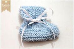 Ambos são o mesmo sapatinhos em luzes diferentes. A fita ajuda a moldar o sapatinho.    Agulhas:  3,0   Fio: Cisne Super Bebê Azul 6614... Booties Crochet, Baby Booties, Knitted Hats, Crochet Hats, Crochet Bebe, Diy And Crafts, Winter Hats, Beanie, Baby Shower