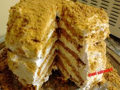 Η Συνταγή είναι της κ. Eleni Saltaoura - Χρυσές Συνταγές ΥΛΙΚΑ για την ζύμη: 3 αυγά 100 γρ ζάχαρη 100 γρ βούτυρο 100 γρ μέλι 1 κγ σόδα μαγειρική 450 γρ αλεύρι γοχ για την κρέμα: 1 φυτική σαντιγί κρύα (πράσινη συσκευασία) 1 ζαχαρούχο ΕΚΤΕΛΕΣΗ Χτυπάω τα αυγά
