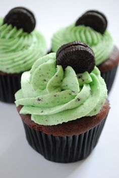 Mint Oreo Cupcakes with Oreo Mint Buttercream Frosting.devils food cake mix with oreo chunks Oreo Cupcakes, Yummy Cupcakes, Cupcake Cakes, Chocolate Cupcakes, Pistachio Cupcakes, Making Cupcakes, Just Desserts, Delicious Desserts, Yummy Food