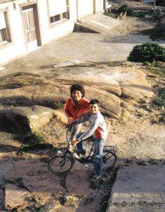 Muller e neno riba dunha bicicleta, posando. Cedida por Ezaro.com