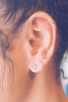 Constellation Piercings Are the New Earring Trend You Need to Get . Piercing piercings m ohr Piercing Implant, Piercing No Tragus, Ear Peircings, Cute Ear Piercings, Multiple Ear Piercings, Piercing Tattoo, Cartilage Hoop, Girl Piercings, Body Piercings