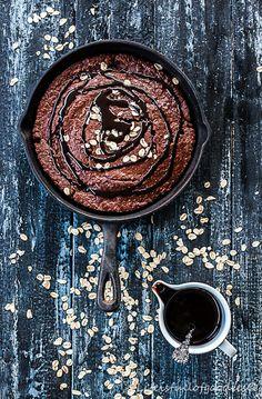 Süß muss nicht immer ungesund sein. Mit diesem Schoko-Zucchini-Frühstückskuchen startet man bewusst und mit viel Energie in den Tag! Lecker!