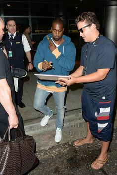 Kanye West in the adidas Stan Smith Kanye West Outfits, Kanye West Style, Kanye West Clothing, Adidas Stan Smith Outfit, Celebrity Sneakers, Hardy Amies, Sneakers N Stuff, Gq, Street Wear