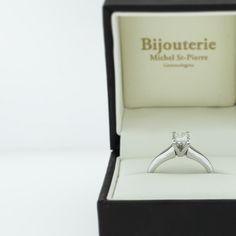 Bague de fiançailles solitaire montée d'un diamant de taille princesse   Engagement ring white gold princess cut diamond