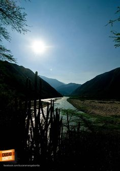 Desciende el sol en el grandioso Cañón del Chicamocha. Gracias @maurobucaro por la foto #somossantandereanos
