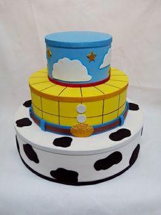 Bolo cenográfico com o tema Toy Story, com 3 andares redondos sendo: 35cm, 25cm, 15cm. Cada base tem 10cm totalizando 30cm de altura. Em isopor revestido com E.V.A. *** Somente o bolo e NÃO acompanha cachepos. R$ 90,00