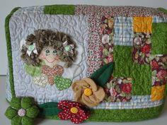 Capa de máquina de costura,em tecido de algodão, com manta acrílica,bordada á máquina,flores em fuxico,botão encapado,em patchwork,várias cores,escolha o tema e asc cores,cabelo anjinho em relevo.  Quilt à máquina por toda a capa.  Sob medida. R$ 148,50