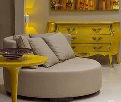 Gostei da do formato e detalhes do balcão amarelo e do formato do sofá