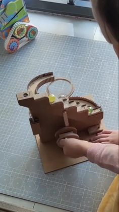 Cardboard Box Crafts, Cardboard Toys, Paper Crafts Origami, Paper Toys, Diy Crafts Videos, Diy Crafts To Sell, Fun Crafts, Science Experiments For Preschoolers, Craft Activities For Kids