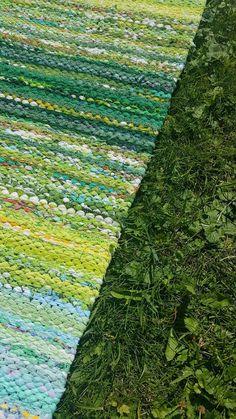 Luovat kädet Denim Rug, Recycled Fabric, Woven Rug, Rug Making, Scandinavian Style, Shades Of Green, Color Inspiration, Fiber Art, Pattern Design