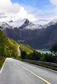 Att köra den nationella turistvägen längs Helgelandskusten är en njutbar upplevelse - Foto: Steinar Skaar / Statens vegvesen