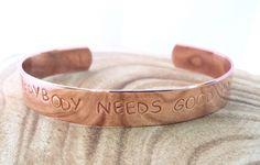 Everybody needs good Pr | Koperen tekst armband medium