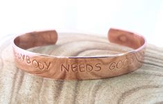 Everybody needs good Pr | Koperen tekst armband medium