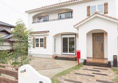 『かわいい家photo』では、かわいい家づくりの参考になる☆ナチュラル、フレンチ、カフェ風なおうちの実例写真を紹介しています。 Dream House Exterior, Japanese House, Gaudi, My Dream Home, Luxury Homes, Patio, Mansions, Architecture, House Styles