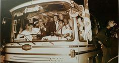 El Valencia campeón de liga 70-71 vuelve a Valencia en autobús. José María García, en primera fila.