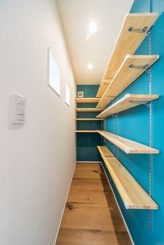 キッチンに便利なパントリー 広さ・奥行き・可動式の棚について Home Room Design, House Design, Wood Store, Laundry Room Inspiration, Cool Kitchen Gadgets, Pantry Storage, Interior Garden, Rustic Shelves, House Rooms
