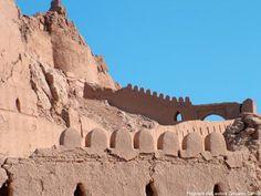 """Arg-e Bam  , """"cittadella di Bam"""") prima del terremoto del 2003 era la più grande costruzione in mattoni al mondo. Era situata a Bam, una cittadina della regione di Kerman nel sud-est dell'Iran."""