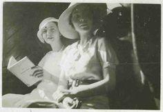 Solange Bertrand et Alice dans le train en 1933. www.fondationsolangebertrand.org